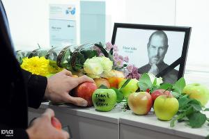 2011 год в фотографиях. Акция памяти Стива Джобса в Краснодаре ©http://www.yuga.ru/photo/927.html
