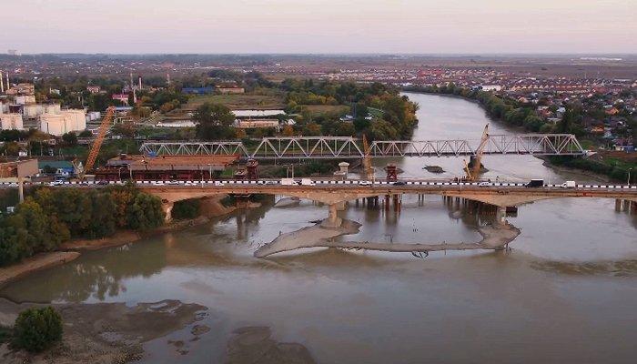 Как в Краснодаре строят новый Яблоновский мост, вид сверху. Видео