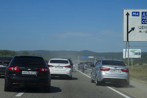 Нарушители на обочине, создающие пробки ©Фото Евгения Мельченко, Юга.ру