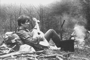 Руслан Шмаков у костра, 1984 год, редкое фото ©Фото из архива Руслана Шмакова