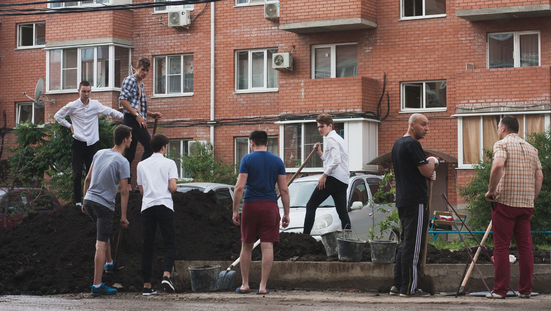 Обустройство клумбы на месте мусорки возле дома по Есенина, 115