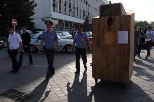 Арт-пикет в поддержку «узников Болотной» в Краснодаре ©Елена Синеок, ЮГА.ру