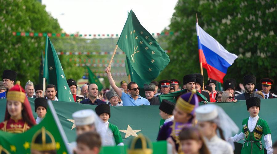 Шествие в День государственного флага Адыгеи ©Фото пресс-службы Республики Адыгея
