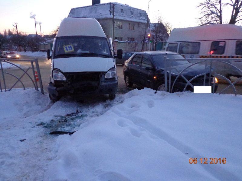 ВСтаврополе шофёр «Рено», нарушив правила, врезался вмаршрутку