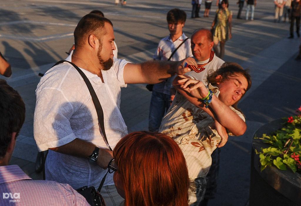 Избиение анархиста Вячеслава Мартынова ©Фото Михаила Ступина, Юга.ру
