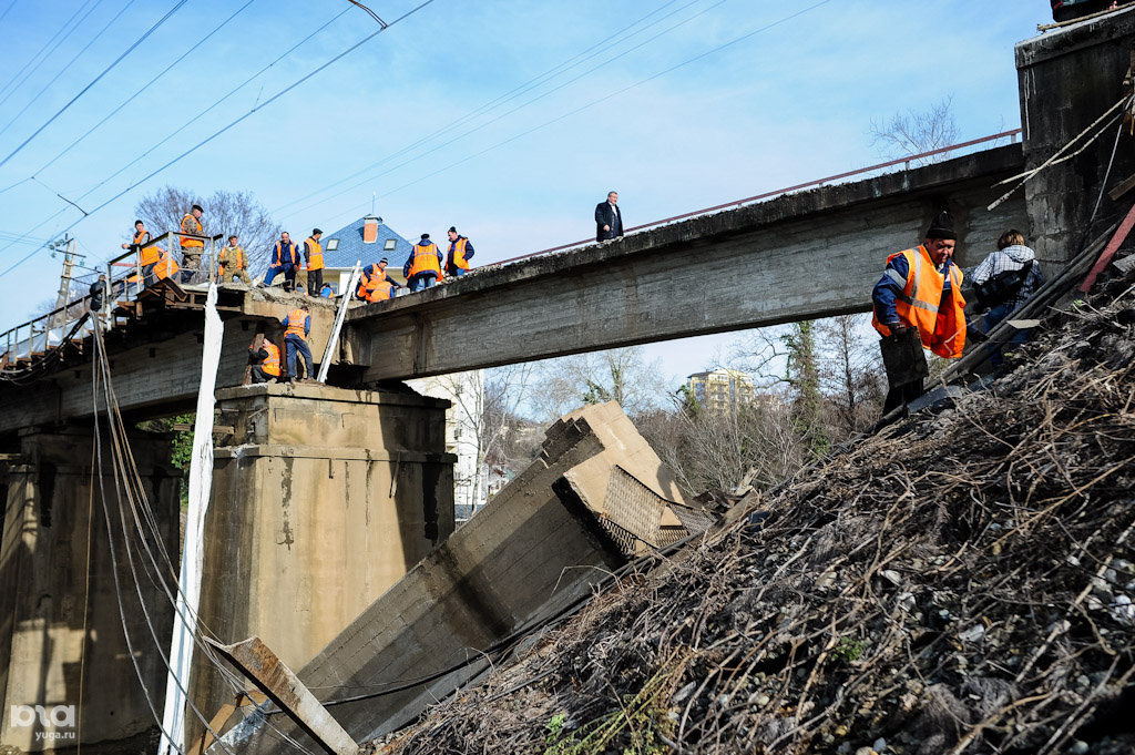 Обрушение железнодорожного моста в сочи.