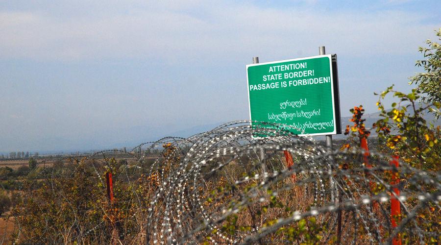 Указатель на границе Грузии и Южной Осетии ©Фото с сайта wikimedia.org