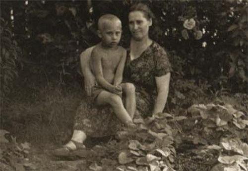 Владимир Путин в возрасте 6 лет со своей матерью, 1958 год ©Фото с сайта commons.wikimedia.org