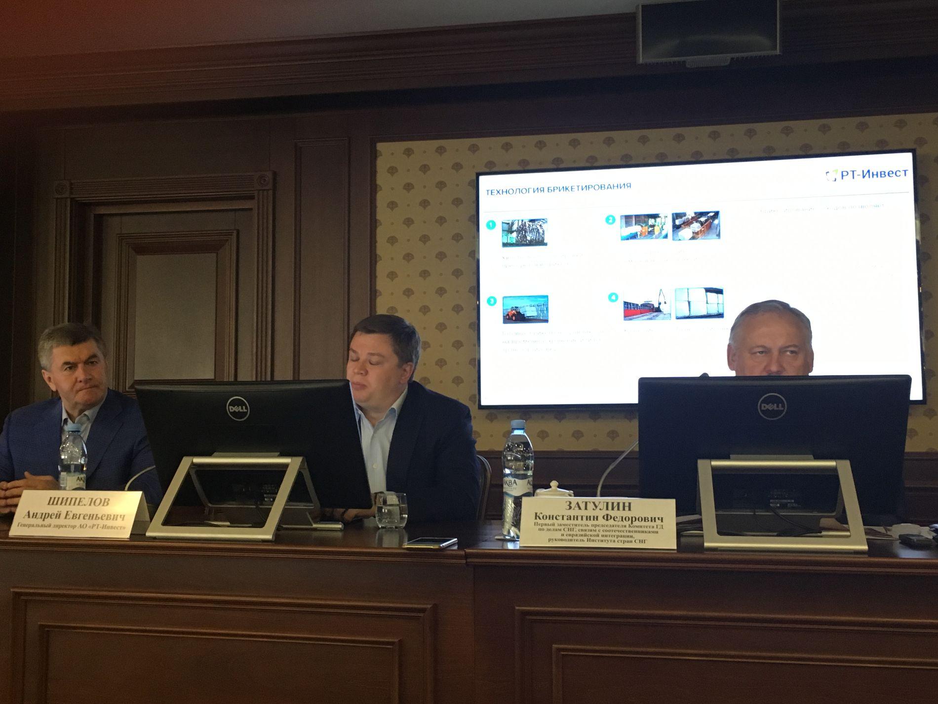 Мугдин Чермит (слева) на брифинге за несколько часов до ареста ©Фото Юга.ру