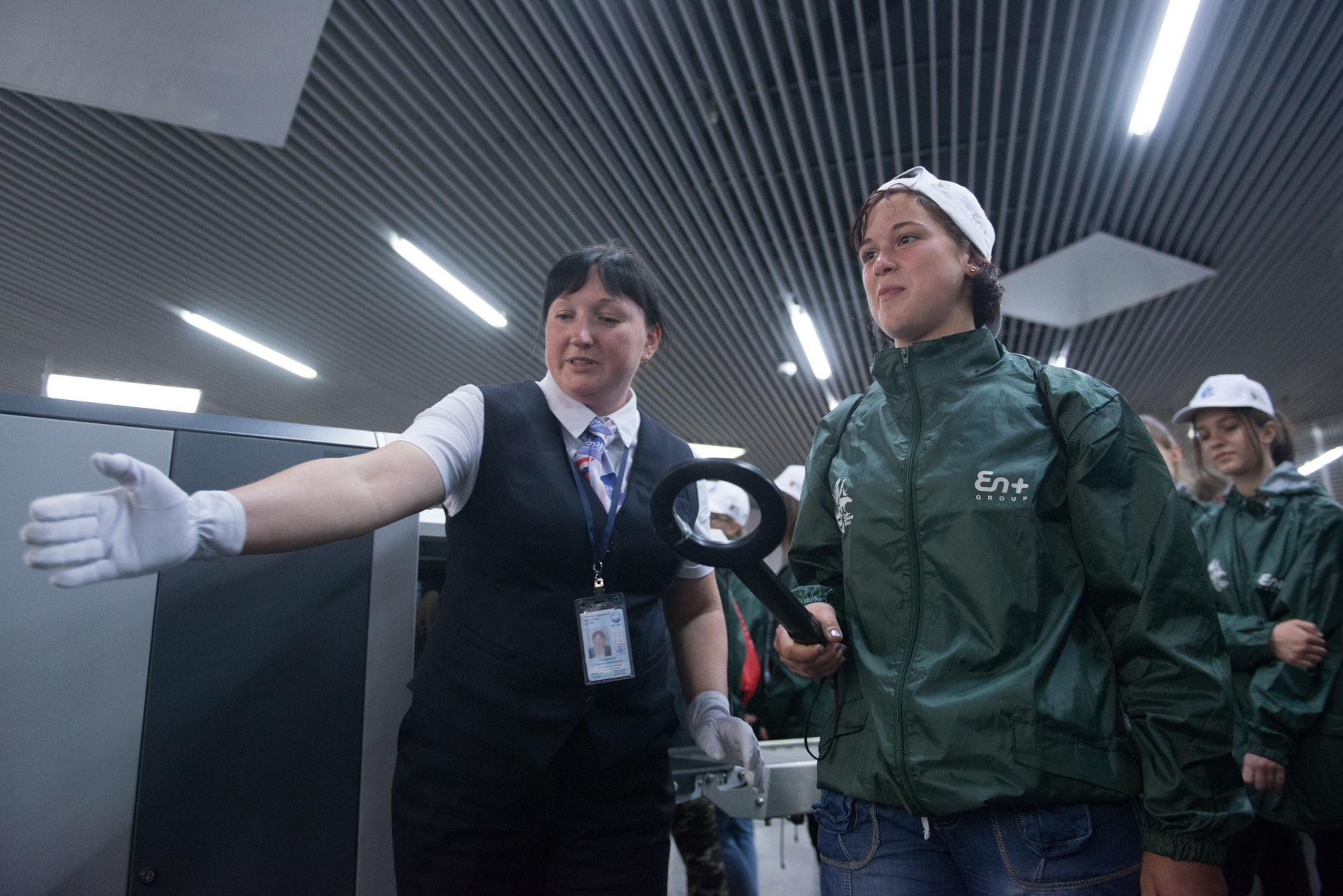 Участники смены изучают не только экологию: школьникам показали, как работает Международный аэропорт «Сочи» ©Фото Артура Лебедева