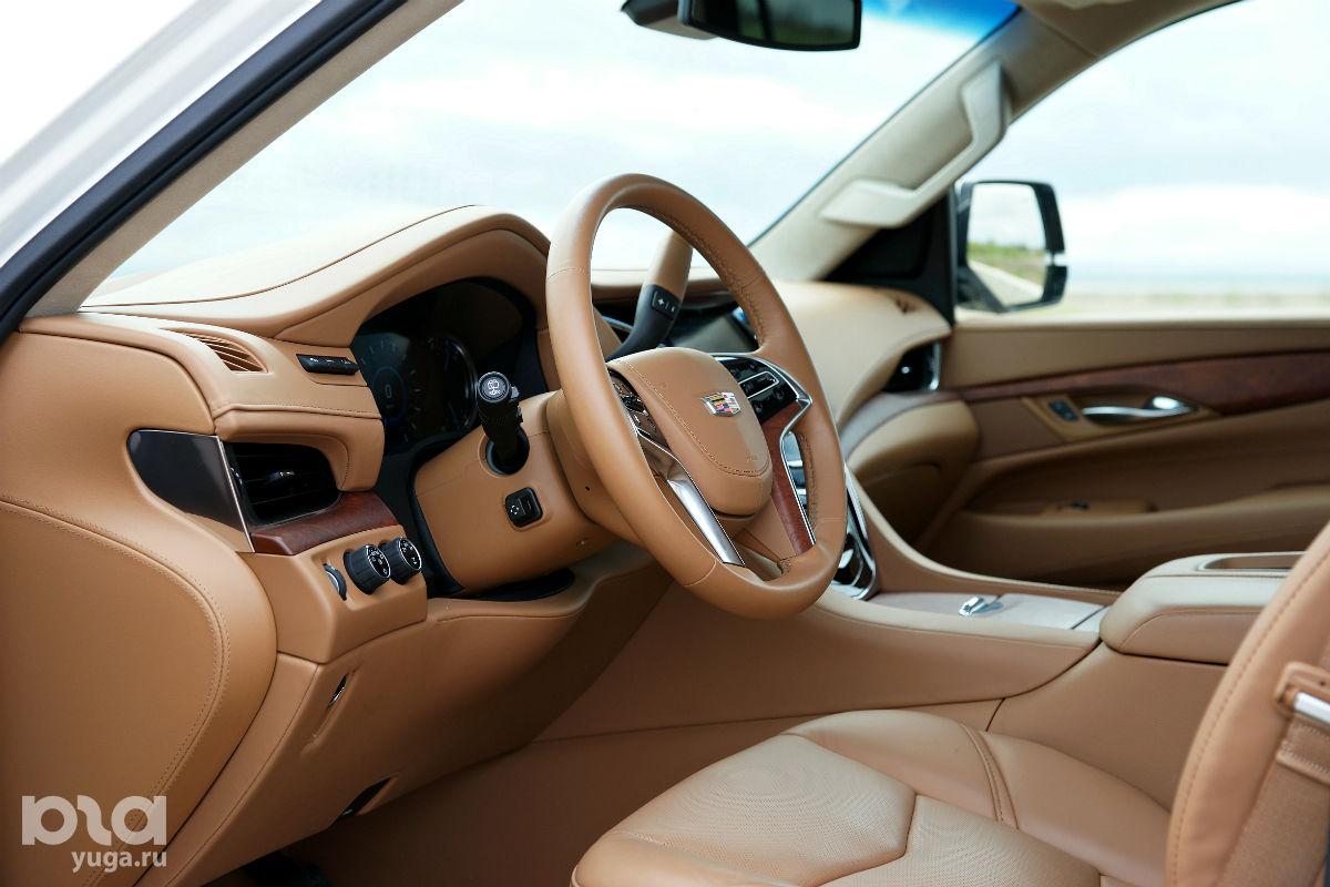Салон Cadillac Escalade ©Фото Евгения Мельченко, ЮГА.ру