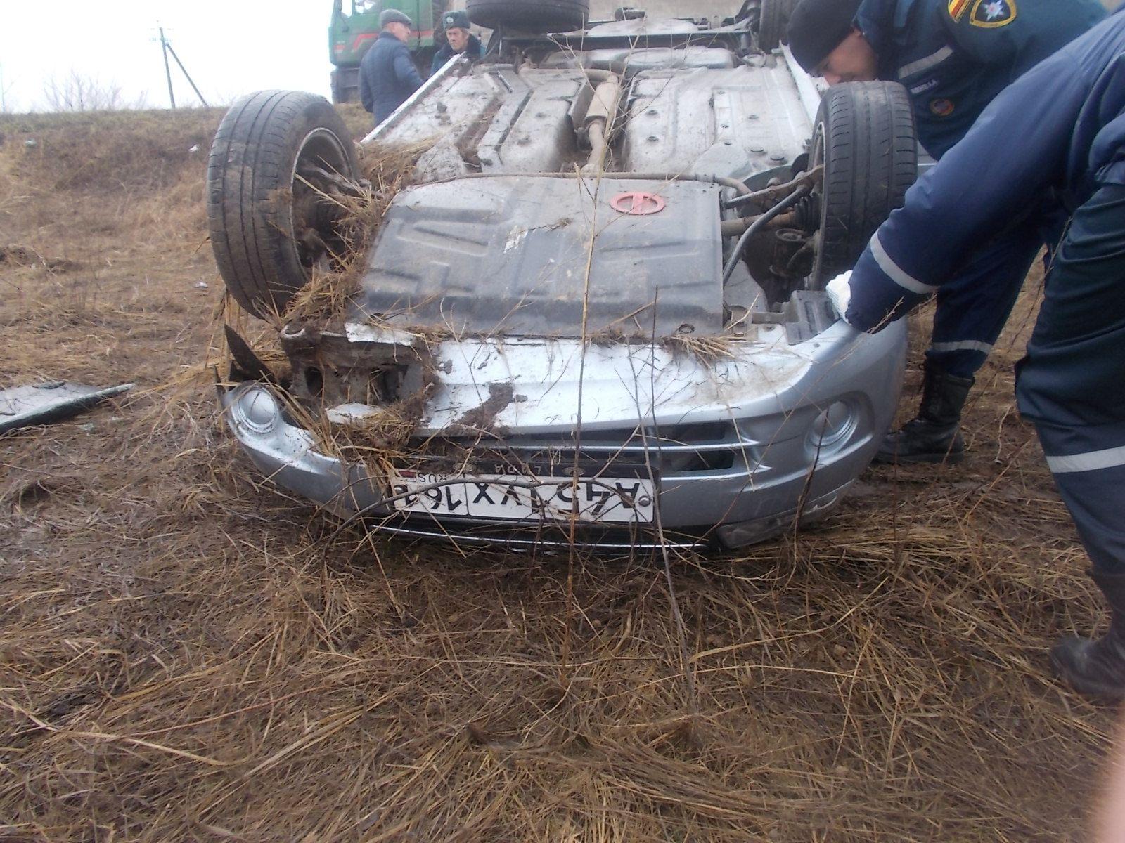 ВРостовской области пострадал шофёр  в итоге  падения автомобиля вкювет