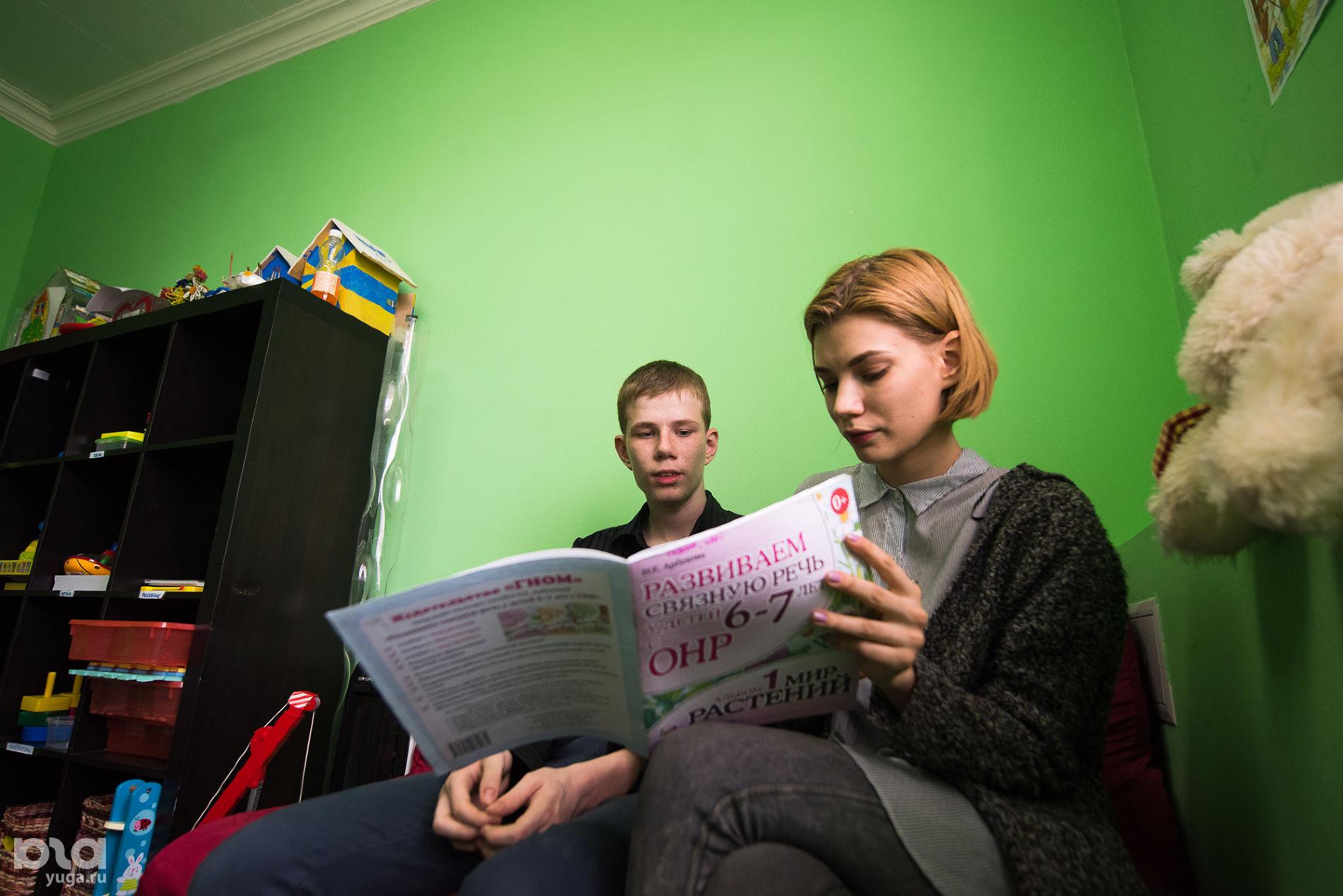Занятие с Никитой в тренировочной комнате на базе фонда «Синяя птица» ©фото Елены Синеок, Юга.ру