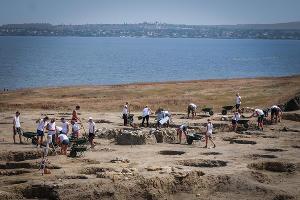 Раскопки в Фанагории ведутся по 2,5 месяца в год. Принять участие в них приезжают студенты археологических и исторических факультетов со всей страны ©Елена Синеок, ЮГА.ру