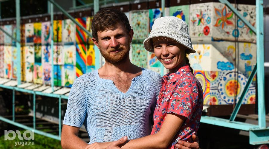 Павел и Виктория Хомяковы на пасеке ©Фото Елены Синеок, Юга.ру