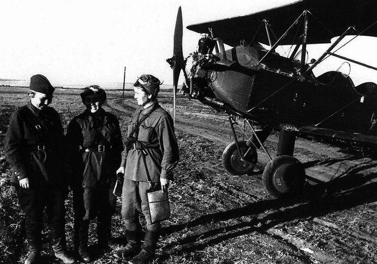Летчицы авиаполка на аэродроме у самолета У-2
