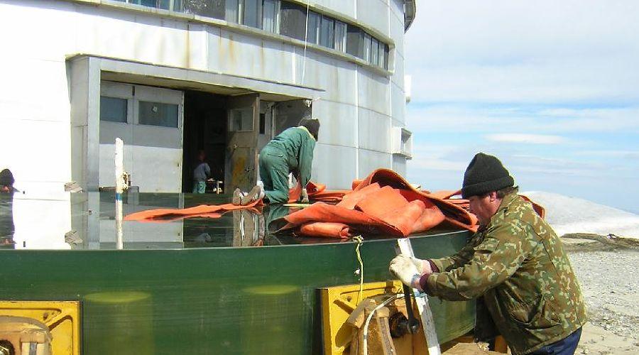 Подготовка зеркала к погрузке в новый контейнер ©Фото с сайта sao.ru