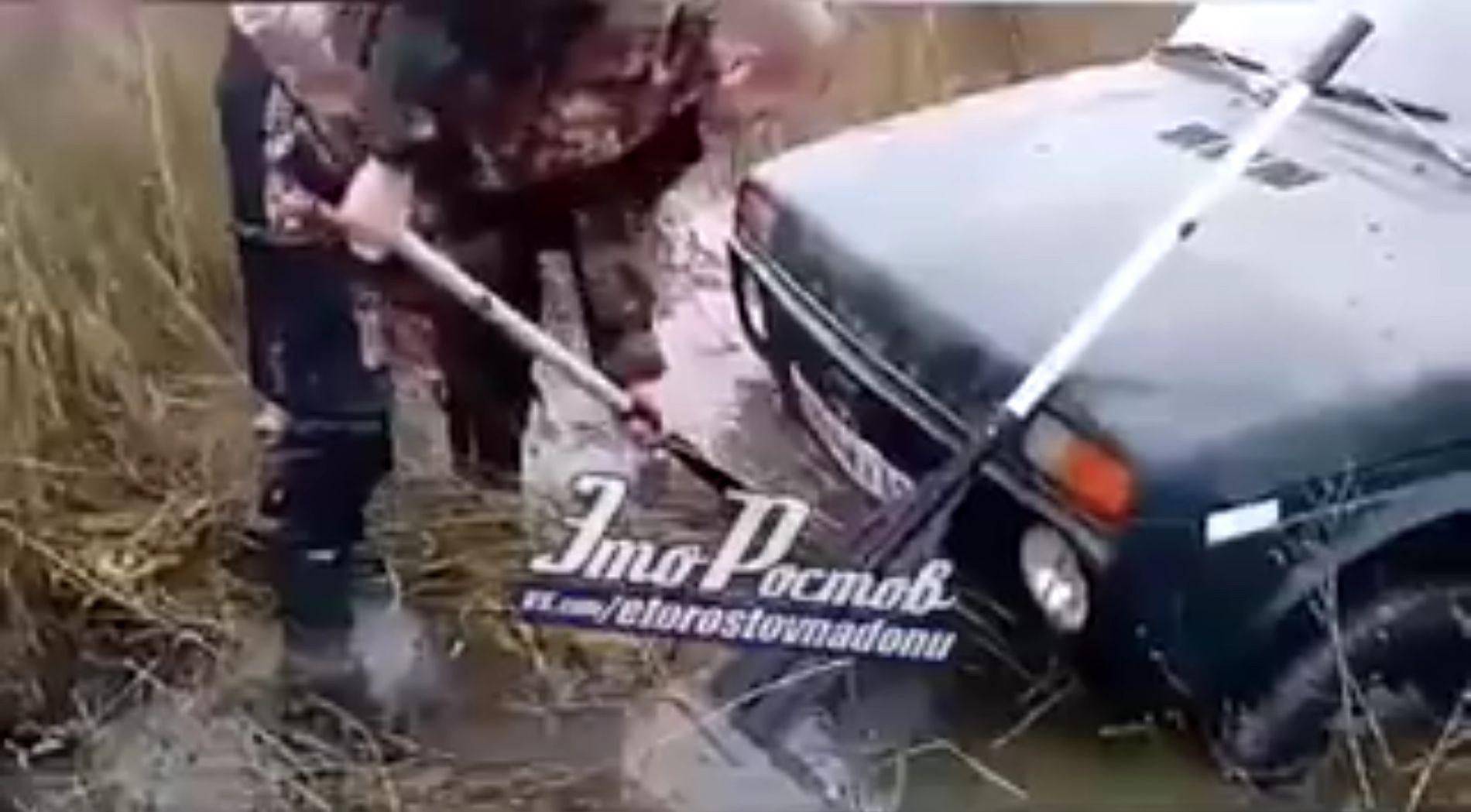 «Нива» утащила вболото два трактора и 5 машин наДону