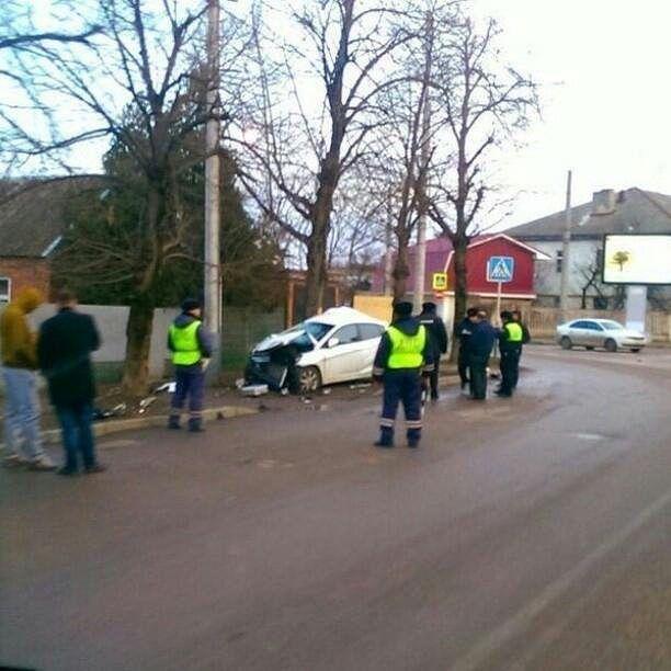 ВКраснодаре иностранная машина влетела вдерево, погибла девушка
