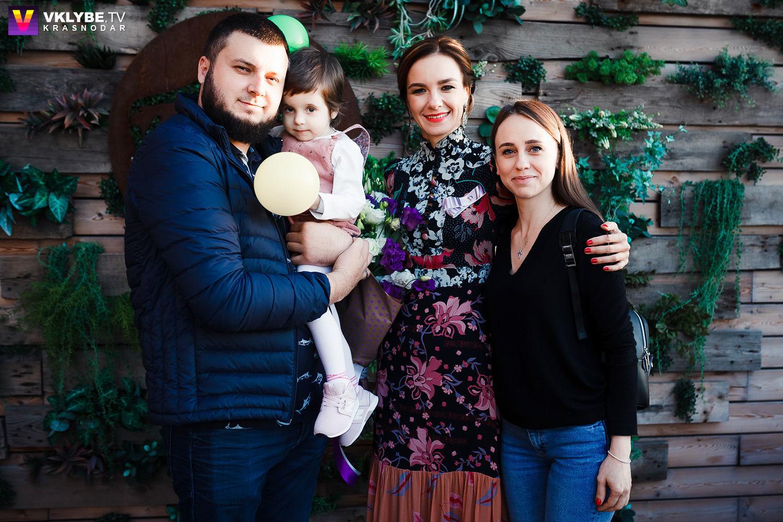 Варя Прокопец с родителями и Мариной Шамарой на пятилетии фонда «АНАСТАСИЯ» ©Фото Vklube.tv, предоставлено фондом «АНАСТАСИЯ»