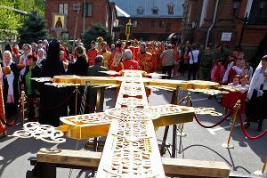 Установка нового креста на главный купол Свято-Екатериненского собора ©Влад Александров. ЮГА.ру