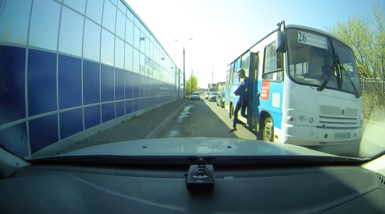 Жительница Краснодара выпала издвижущегося автобуса