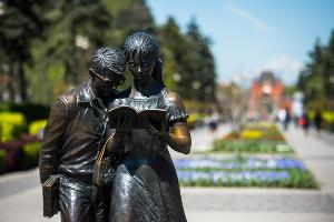 Памятник Шурику и Лидочке ©Фото Елены Синеок, Юга.ру