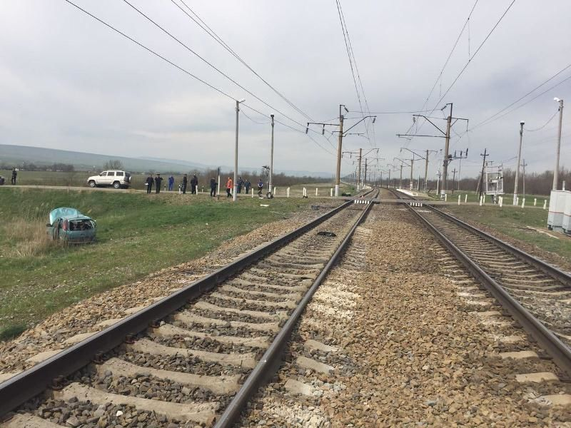НаСтаврополье пассажирский поезд протаранил автомобиль class=