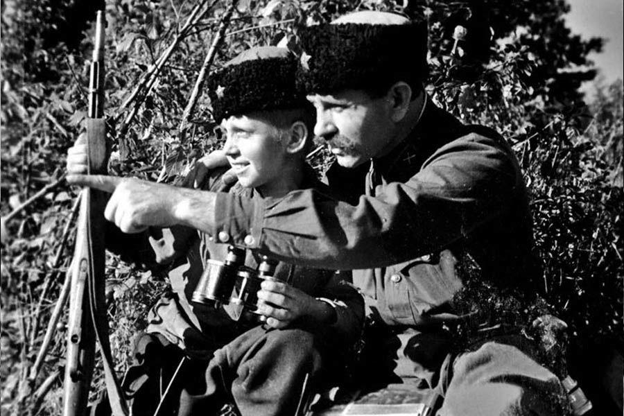 Капитан С.Т. Чекурда дает боевое задание 12-летнему разведчику Л. Шафарину, 1942 год