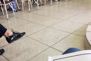 Жалоба на хранящиеся под столом бюллетени, что усложняет обзор наблюдения на УИК № 2111 ©Фото с сайта kartanarusheniy.org