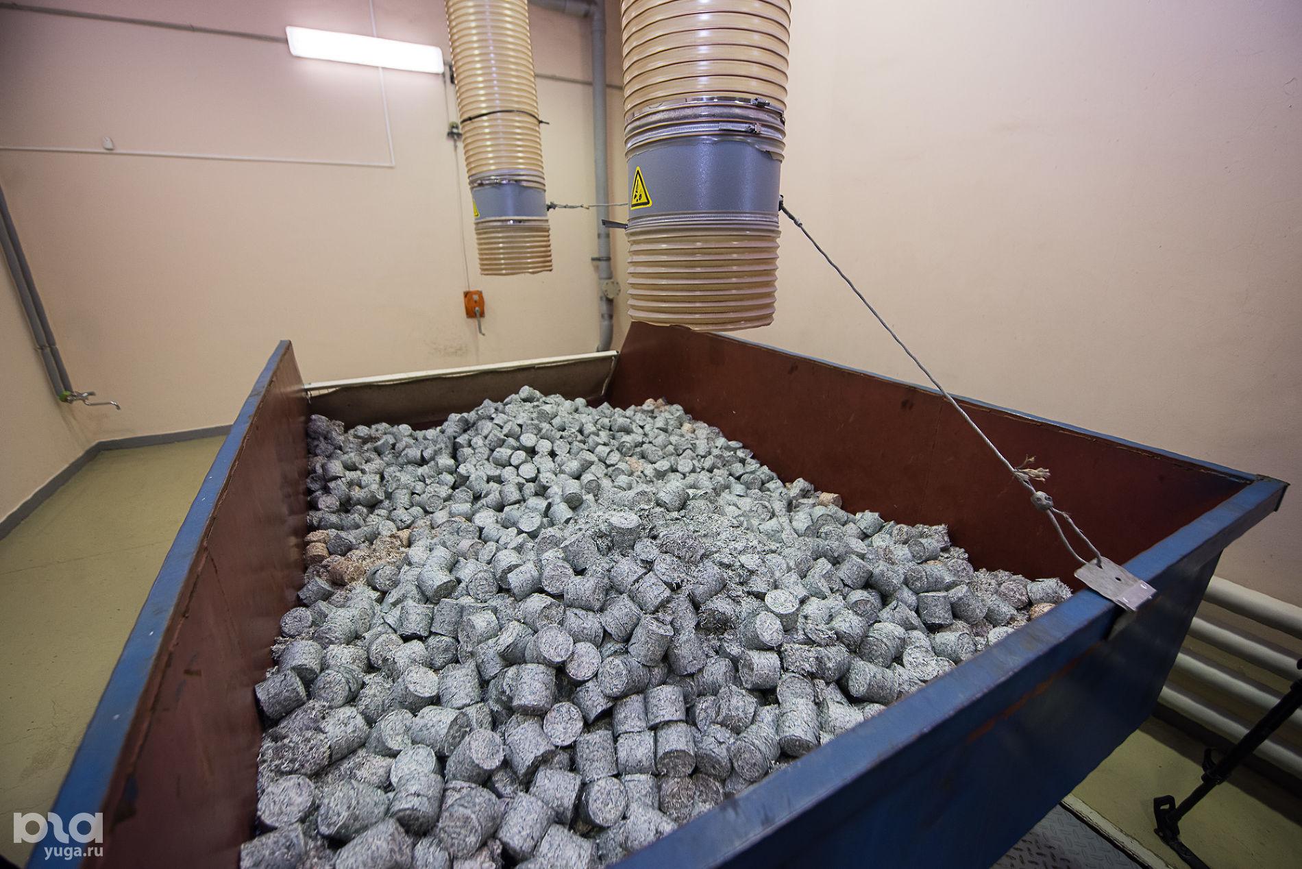 Спрессованные брикеты из купюр после утилизации ©Фото Елены Синеок, Юга.ру