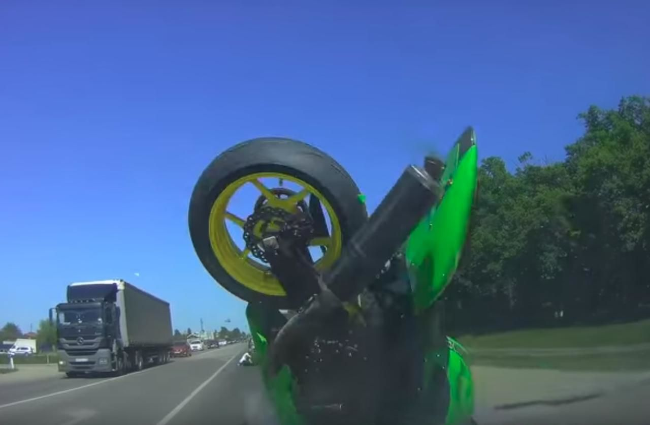 ВКраснодаре мотоциклист протаранил машину, уворачиваясь отпешеходов