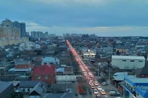 Пробка на Скорняжной в Краснодаре 1 февраля 2021 года ©Фото из телеграм-канала t.me/krd_tipich_ru