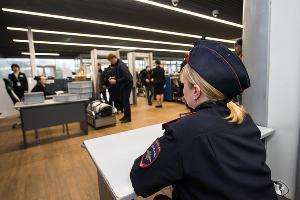 Транспортная полиция следит за порядком на пункте досмотра в аэропорту Краснодара ©Фото Елены Синеок, Юга.ру