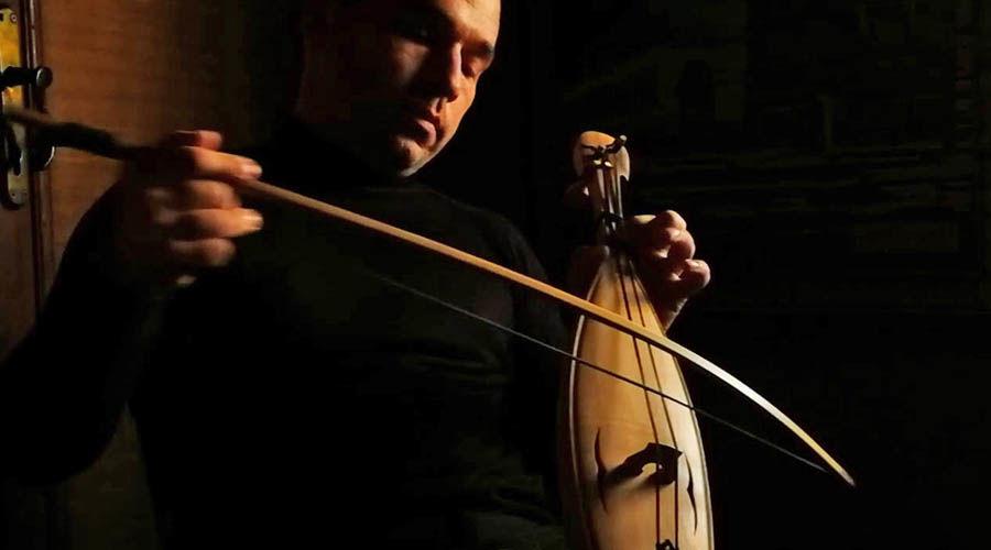Артур Абид играет на шичепшине ©Кадр из видео Антона Платонова на youtube.com