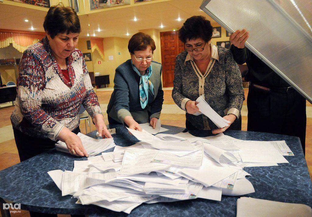 Подсчет голосов на выборах президента РФ в 2012 году ©Фото Елены Синеок, Юга.ру
