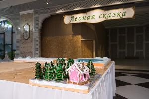 Монтаж пряничной деревни ©Елена Синеок, ЮГА.ру