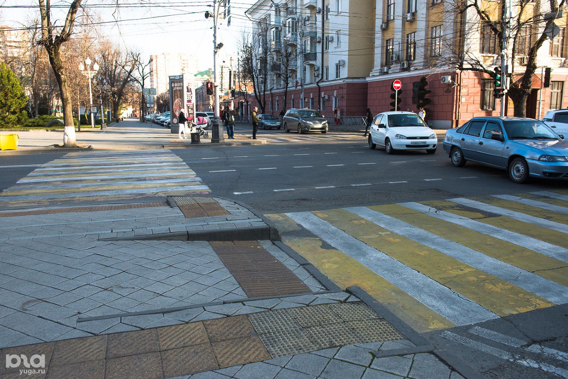 Плитка, предупреждающая об остановке перед дорогой на ул. Красной ©Фото Елены Синеок, Юга.ру