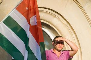 Митинг оппозиции в Абхазии ©Нина Зотина, ЮГА.ру