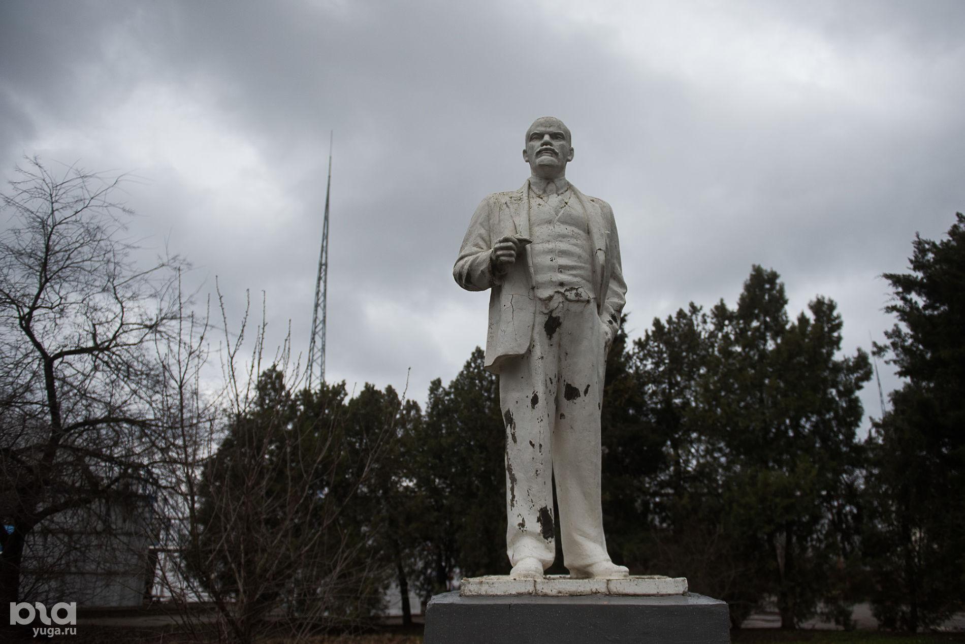 Памятник Ленину на территории нефтеперерабатывающего завода на улице Захарова ©Фото Елены Синеок, Юга.ру