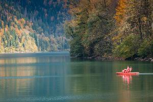По озеру можно покататься на катамаране ©Елена Синеок, ЮГА.ру