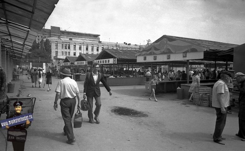 Сенной рынок всегда был одним из центров общественной жизни Краснодара
