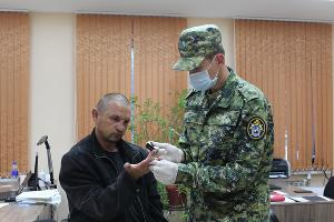 Проведение дактилоскопической экспертизы ©Фото пресс-службы СУ СК РФ по Крыму