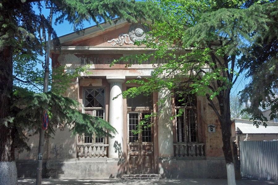 Бывшее здание Госбанка в Цхинвале, Южная Осетия ©Фото Alaexis с сайта wikimedia.org