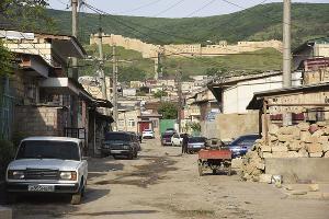 Вид на Цитадель Нарын-кала из старой части Дербента  ©Елена Синеок, ЮГА.ру