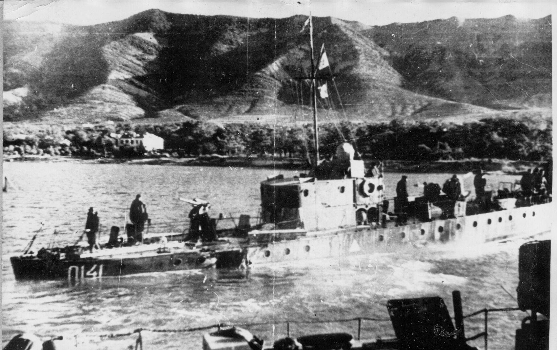 Катер СКА-0141, получивший повреждения в ходе Новороссийской десантной операции, Геленджик, сентябрь 1943 года ©Фото с сайта http://waralbum.ru