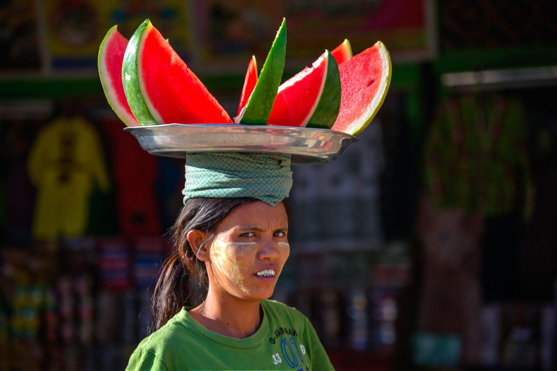 Продавец арбузов в Бирме ©Фото Sippakorn Yamkasikorn, unsplash.com