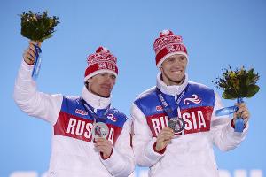 Никита Крюков и Максим Вылегжанин, завоевавшие серебряные медали в командном спринте на соревнованиях по лыжным гонкам  ©РИА Новости