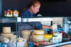 Сыр на прилавке магазина ©Фото Елены Синеок, Юга.ру