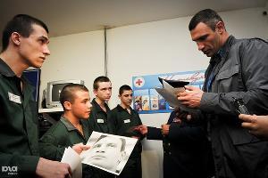 Виталий Кличко раздает автографы в Белореченской воспитательной колонии ©Елена Синеок. ЮГА.ру